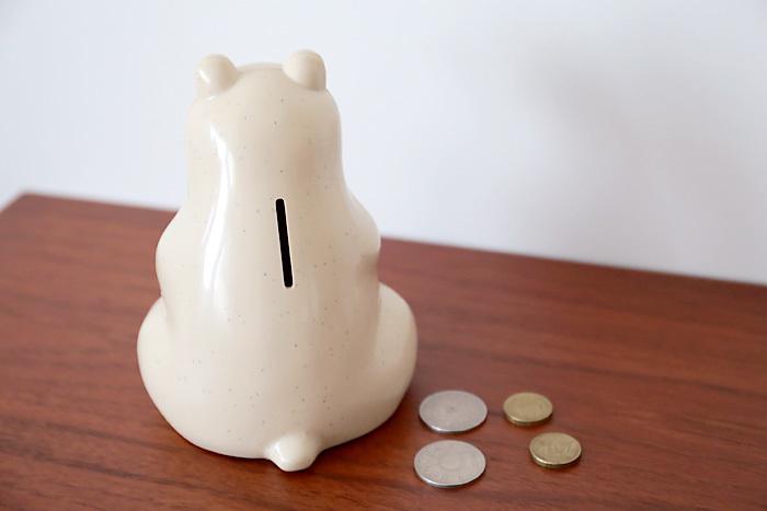 """みなさんは「つもり貯金」をしたことがありますか?""""500円玉貯金""""や""""10万円貯まる貯金箱""""などを利用したり、お財布に小銭が沢山ある時に何気なく貯金したり…。「つもり貯金」には、人それぞれに色々なやり方があります。共通して言えるのは、途中で挫折してしまう…なかなかお金が貯まらない…そう感じている人が多いということではないでしょうか。"""