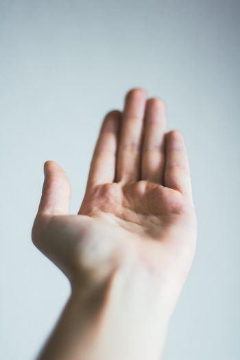 まずスポンジのお手入れは、手とスポンジが乾いている状態でスタートするのが、基本です。
