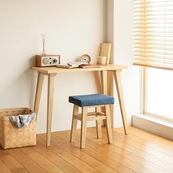 リビングや家事室などに、ちょっとしたデスクを置きたい時。コンパクトな椅子をセットで設置したいなら、スツールという選択もおすすめです。デスク下にさっと収納できるので、邪魔にならず見た目もスッキリ♪