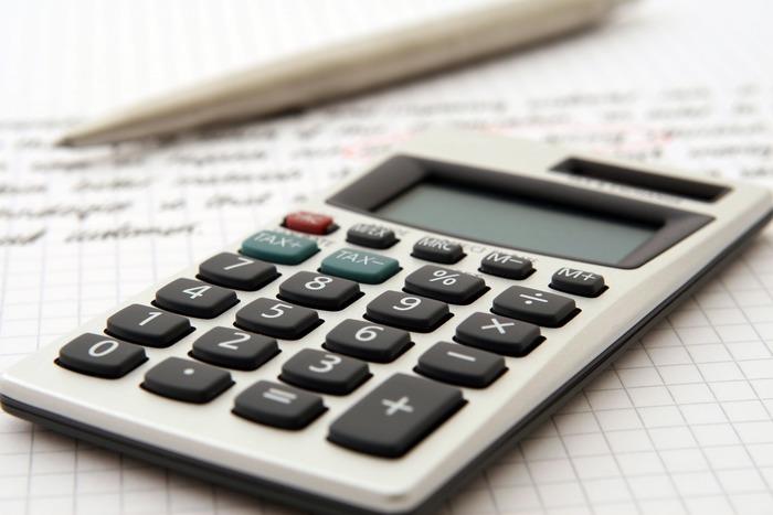 節約や貯金を成功させるためには、目標を持つことが大切です。目標は「絶対に○万円貯めるぞ!」という金額に対する目標よりも、「○万円貯めて○○を買うぞ!」とか「〇万円貯めて○○へ旅行に行くぞ!」という先の楽しみが具体的に感じられる目標の方がおすすめです。「つもり貯金」は、短期間で高額貯金ができる方法ではありません。設定金額を高くしすぎないことも成功のポイントです。例えば、「マッサージに行く」「美容院代を1回浮かせる」「欲しかったスニーカーを買う」など、比較的達成しやすい金額を設定してスタートさせると成功しやすくなります。