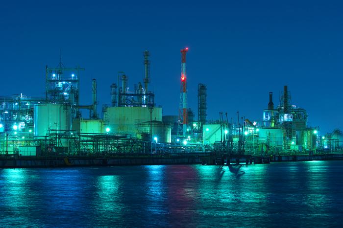 神奈川県川崎の浮島町にある工場群は夜になると、まるでSFの世界のように煌びやかで幻想的な雰囲気に一変します。昨今の工場夜景ブームに乗って、この迫力のある夜景を撮影するために多くの人が訪れています。