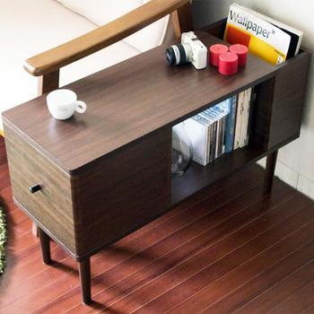 大きなテーブルを置くと窮屈な印象になってしまうときには、こちらのようなPC作業もしやすい低めのサイドテーブルをソファー脇に置いてミニテーブルとして使う方法もありますよ。複数の機能がコンパクトにまとまった家具を選べば、それだけスペースを節約できますね。