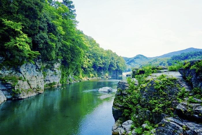 秩父鉄道長瀞駅から徒歩5分ほど。荒川中流域にある長瀞は、数十メートルもの高さを誇る秩父赤壁とよばれる岩壁やさまざまな巨岩がならび、雄大な自然の光景を楽しむことができるスポットです。