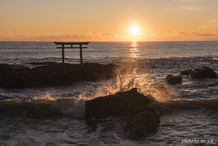 東京から車で一時間半ほどの距離にある大洗海岸。荒波の真っただ中に立つのは美しい赤い鳥居です。こちらの鳥居は大洗磯前神社の神磯鳥居とよばれる鳥居で、日の出の名所としても知られています。東に向いた鳥居越しにお日様が輝く様は圧巻です。