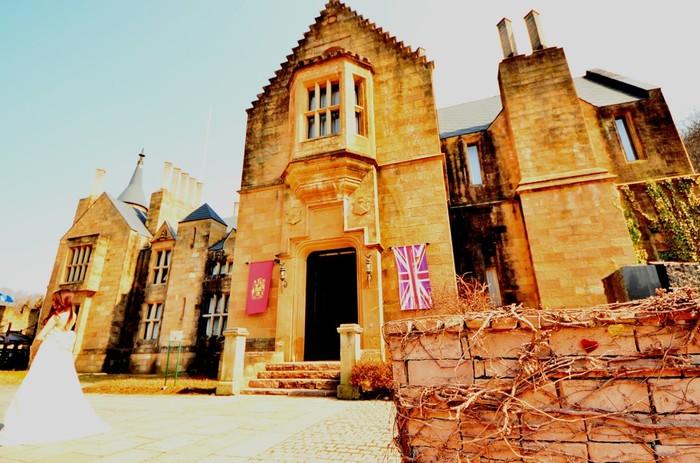 東京から車で1時間50分ほどの距離にあるロックハート城はスコットランドから移築された歴史ある本物のお城です。ドラマや映画のロケ地としても有名で、フォトジェニックなスポットとして多くの人が訪れています。