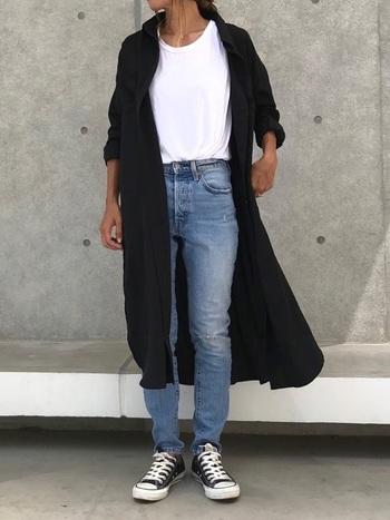 ロング丈の黒シャツは、前開きで羽織るのもおすすめです。Tシャツ×デニムのカジュアルな定番スタイルも、大人っぽくこなれた印象に見せてくれます。