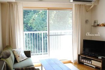 こちらのブロガーさんは、リネンのストライプ模様のカーテンを使用。明るさもありさわやかですね♪ソファーなどの家具の色味がダークトーンで気になるときには、カーテンで抜け感を作るのも良いでしょう。