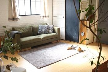 ソファーの前にラグを敷くと、あたたかみのある雰囲気が高まり、足を伸ばして座っても床の冷たさを感じずにくつろげます。こちらのブロガーさんのラグは、マイクロファイバー素材でふわふわ♪さらに洗濯機で丸洗いもできるのだそう!ラグは汚れやすくもあるので、使い勝手も意識して選ぶとさらに快適に使えます♪