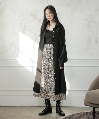 モノトーン柄の切替えワンピースに黒シャツを羽織ったスタイリング。柄物を取り入れる場合は、コーディネートの色味を抑えつつ、黒のロングシャツでまとめるのが正解です。