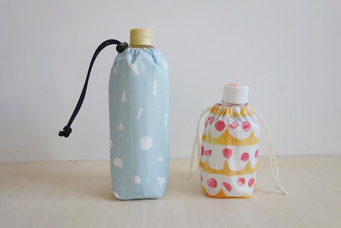 こまめな水分補給が大切な夏の時季は、飲み物の携帯に便利な「ペットボトルカバー」も必需品ですよね。続いてご紹介するこちらのペットボトルカバーは、裏地に保冷シートを使用した機能的なアイテムです。水やジュースの温度を一定に保ちやすくなるので、夏場だけではなく冬のお出かけにも活躍してくれます。