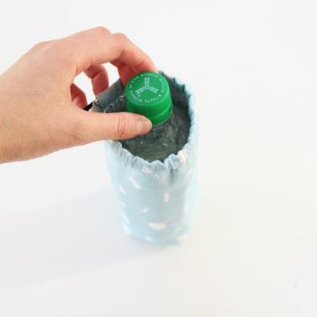 以下のリンク先のページでは500㎖と345㎖、2種類のペットボトルのサイズの取り方が紹介されています。シンプルな工程で初心者さんでも挑戦しやすく、約20分ほどで素敵なカバーを手作りできますよ◎。