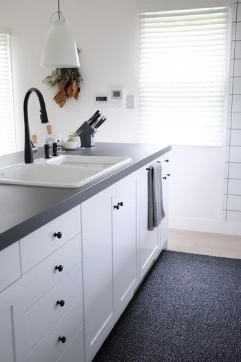 キッチンで気になるのが、調理中に付いた汚れ。特に、ワークトップやシンク周りは、飛び散った油や食材などが落ちにくく汚れの原因になります。