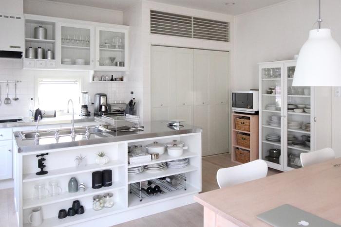 大容量の収納があれば、すっきりとした美しいキッチンが保てます。そこで取り入れたいのが「パントリー」。パントリーとは、食材や食器などをたっぷり収納できるスペースのこと。食材ストックだけでなく、かさばる調理器具などもまとめておくことができますよ。