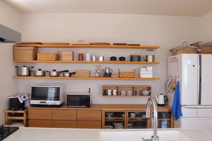 使いやすいキッチンは、家事をスムーズにしてくれるだけでなく、家族がコミュニケーションを取りやすくなりそうですね。清潔で美しい空間を目指しつつ、収納の位置やデザインにこだわって使いやすさをプラスしてみてください。