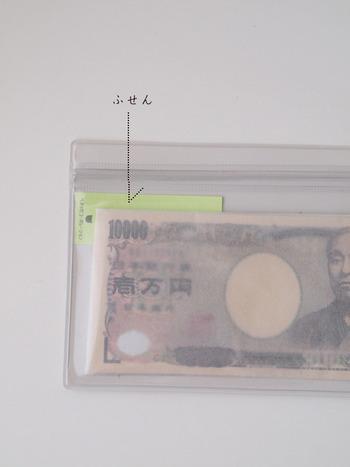 家計簿を書くのではなく、無印の片面クリアケースに現金を入れてざっくり管理をされているそう。 一月にやりくりしたい額をクリアケースに入れて、そこからその都度お財布に移すやり方です。 この方法だと用意した額より超えて使うことがないため、節約につながります。