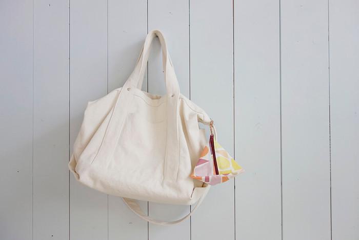 やわらかい素材の布地や薄い生地なら、裏地つきタイプのポーチが◎。テトラポーチはバッグ内の小物の収納にはもちろんのこと、お洒落なアクセントとしてバッグにつけたり、インテリア小物として飾ったりと様々な使い方が楽しめます。