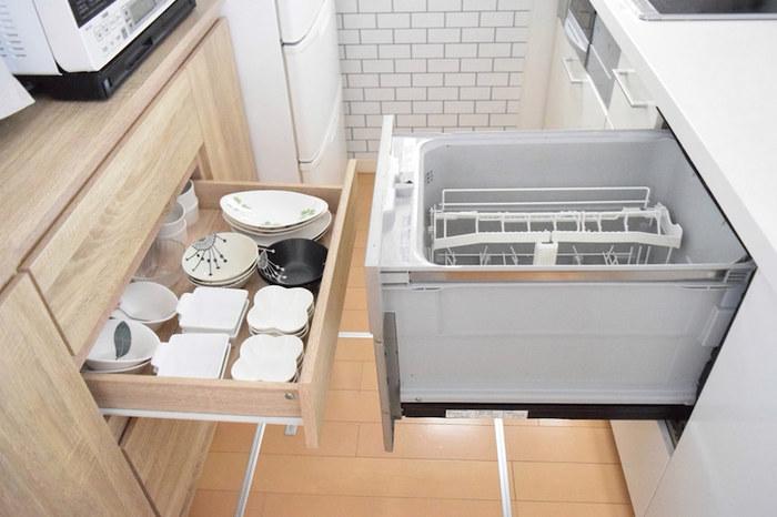 キッチンでの作業がスムーズにできる工夫も注目したいところ。こちらのお宅では、食洗機で洗った食器をすぐに食器棚へとしまえるよう、高さを揃え対面させています。