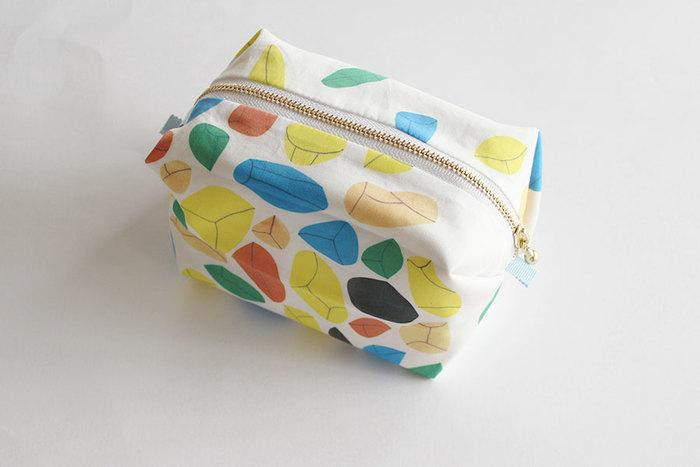 はじめにご紹介するのは、キャラメルの包み紙のような立体的な形が可愛い「キャラメルポーチ」。シンプルな材料で簡単に作れるポーチは、ハンドメイド初心者さんにおすすめです。お気に入りの布を使って、実用的で可愛いキャラメルポーチを作ってみませんか?