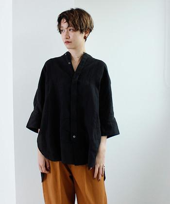 大人クールに、きりりと引き締める。「黒シャツ」の着こなしコーディネート
