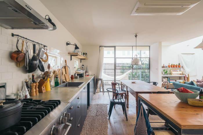 料理しやすいことはもちろん、家族に手伝ってもらいやすいことも使いやすさの鍵に。こちらのお宅のように、キッチンとダイニングテーブルが並列したレイアウトもおすすめ。開放的なだけでなく、家事動線もスムーズですね。
