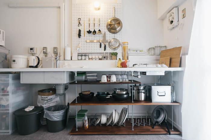 限られたスペースでも、収納場所を確保することはできます。こちらのお宅では、床から壁まで見せる収納に。引き出しケースや有孔ボードなどを取り入れ、もともとある収納だけでなくカスタマイズ。自分が使いやすい高さ、位置を探しながら収納をつくっていくのも楽しいですね。