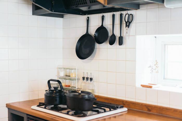 こちらのお宅で取り入れているのはハンギング収納。「吊るす」収納のことで、スペースが限られたキッチンにぴったりの収納方法です。お気に入りの調理器具などがインテリアとして生かされるだけでなく、モノが出し入れしやすいため、家事効率アップにもつながります。