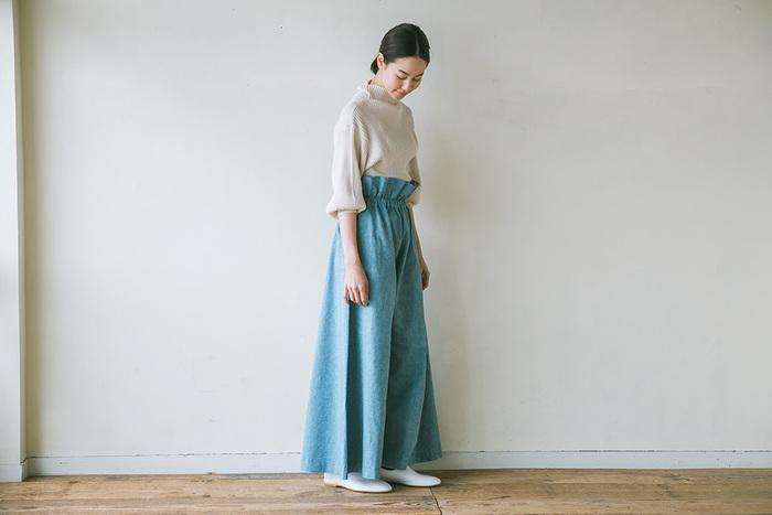 こちらは裾に向かって広がる女性らしいシルエットと、ウエストギャザーがエレガントな雰囲気の「ワイドパンツ」。カットソーやニットを合わせたシンプルなカジュアルスタイルや、シャツ×ドレスシューズのマニッシュな装いなど、組み合わせるアイテム次第で多様なコーディネートが楽しめます。