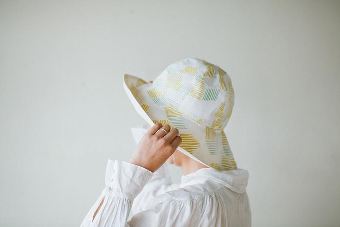 続いてご紹介するのはコンパクトに折りたためて、ショッピングや旅行の携帯に便利な「たためる帽子」です。シンプルでベーシックなデザインはどんなスタイルにも合わせやすく、カジュアルからキレイめまで様々なコーディネートに活躍してくれます。
