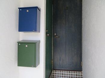 こちらのお宅では、青や緑のポストを取り入れて、ナチュラルでおしゃれな玄関に。インテリアを楽しむように、玄関を彩っていますね。
