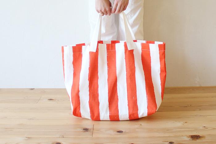 コンパクトに折りたたんで携帯できるレジャーバッグは、ショッピングや旅行のサブバッグにも◎。材料も作り方もとってもシンプルなので、ハンドメイド初心者さんにぜひおすすめです。