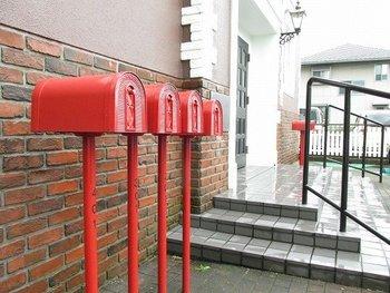 集合住宅でも、独立型ポストが取り入れられていますね。整然と並んだ赤いポストが可愛らしいアイコンになっています。