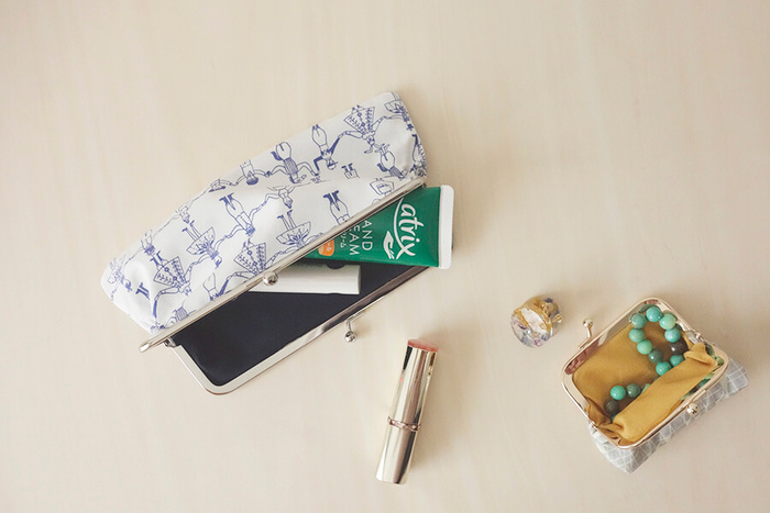 表・裏の2枚の布で作るがま口ポーチは、柄や色の組合せ方によって様々な雰囲気が楽しめそうですね。お気に入りのモチーフや、自分のイニシャルを刺繍した生地で仕立てるのも素敵です。収納したいバッグやコーディネートに合わせて、お好みの布を選んでみてはいかがでしょうか。