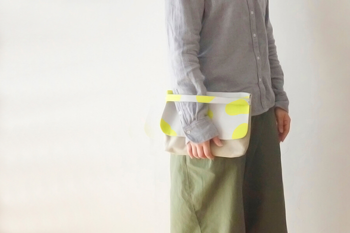こちらは表と裏、2WAYで使用できるおしゃれな「リバーシブルクラッチバッグ」です。一つのバッグで異なる雰囲気が楽しめるので、シーンやコーディネートに合わせて使い分けられるのが魅力的。適度にマチがあるので形が崩れにくく、大きい鞄のバッグインバッグとしても活躍してくれます。