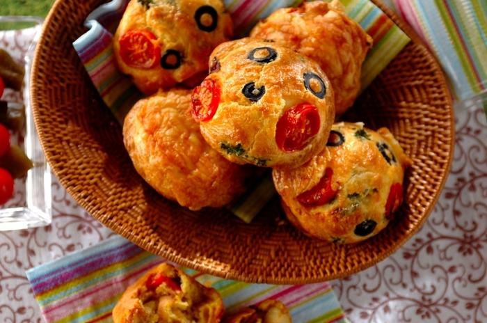 具材に使用するトマトやオリーブが、可愛いデコレーションとしても活躍してくれます。お腹も満足するので、おむすびかサンドイッチのほかに何かもう1品……というときにもいいですよ。