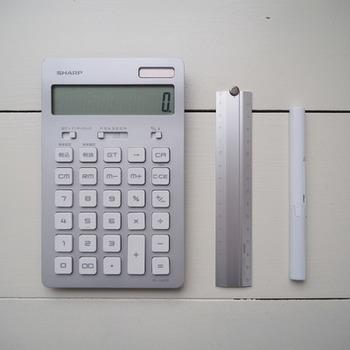 SHARPの電卓です。 ボタンが大きめで軽く、打ちやすいのが特徴。 早く叩いてもキーの引っかかりもなく使い心地も◎。  見た目もスタイリッシュなのでお金の計算も楽しくできます。