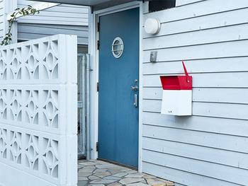 こちらのポストは、バイカラーとユニークなデザインが魅力。下部の扉が開閉するため、大きな郵便物も取り出しやすくなっています。住まいのおしゃれなアイコンになりそうですね。