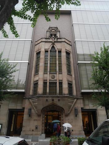銀座6丁目の交詢社通りに面するこちらの「交詢社ビルディング」も、「ヨネイビル」同様、改築に伴い部分保存がなされた建築です。  「交詢社」とは、福沢諭吉が提唱して結成された日本初の実業家社交クラブ。その本拠地として、1929年にこの建物が建てられました。  老朽化や耐震対策に伴い2004年に建て替えが行われた際、ビルの歴史的・文化的価値を保存するため、エントランス部分が残されました。