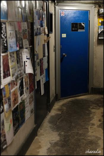 廊下に掲示されているのは、数々の個展のフライヤー。銀座のイメージからは少し離れた、レトロでアーティスティックな空間が広がります。