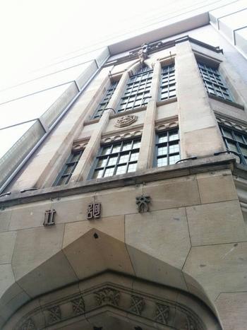 先端が尖ったアーチの形状は、ゴシック建築を意識したものだそう。  細かいモチーフの装飾や、タイル柄にはめ込まれた窓ガラスなど、まさに中世の西洋建築を思わせます。右読みの「交詢社」の文字も旧字体で書かれ、レトロ感が漂いますね。  かの福沢諭吉も、このエントランスをくぐっていたと思うと、建物の歴史の深さがより一層感じられます。