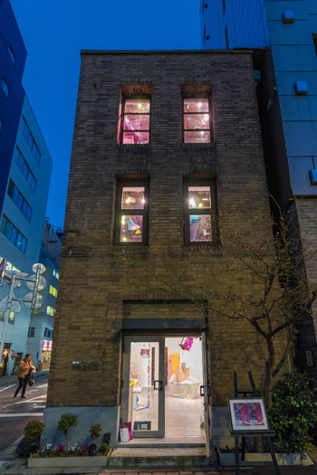 縦長の小さな窓は上下にスライドするもので、大きなビルが建ち並ぶ銀座の街並みの中でかわいらしい表情をみせます。  小さなエントランスは、かつては入居していた小料理屋の入り口として使われていたのだそう。