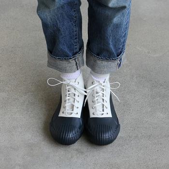 カジュアルなデニムパンツやデニムスカートを履くとき、足元コーデはどうしよう?と迷ったら即、スニーカーで解決!ツートーンカラーのスニーカーを選べばさらに今年らしく仕上がりますよ♪
