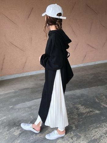 こちらは、深いスリットから真っ白なプリーツスカートが覗いたドッキングタイプ。レギンスを合わせて、さらにお洒落感をプラス。足元は真っ白に統一して。
