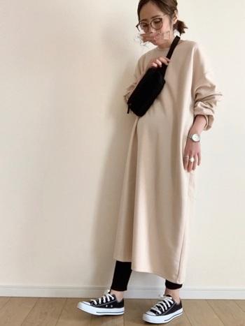 淡い色のカットソーワンピースを1枚で着るなら、小物を黒に統一して引き締めて。黒のレギンスがコーデの名脇役。