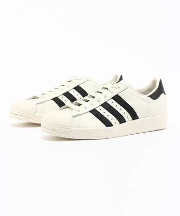 ドイツのスポーツ用品メーカー「Adidas(アディダス)」。シンプルでクリーンなデザインのスニーカーが、おしゃれ感度の高いセレブやモデルの間でも大人気のブランドです。