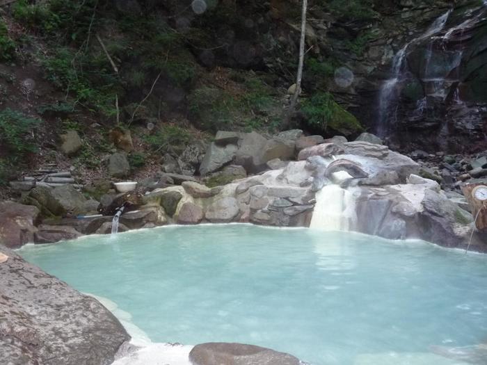 男女混浴となりますが、ロケーションは歩いて7分とは思えないほどの別世界に感じます。泉質は強硫黄泉で、周辺は硫黄臭が広がります。秘境のような場所で落ち着いて温泉を堪能することができます。