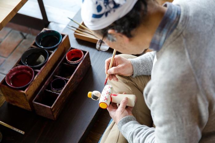 鳴子こけしの創始者といわれる大沼又五郎より受け継ぎ、江戸時代からこけしを作り続ける「桜井こけし店」。現在で5代目となる、確固たる歴史を持つこけし店です。