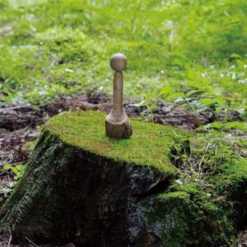 削り出した元となる木を、樹皮ごと底部に残したKiko。今では廃れてしまった道具と技法を駆使して作られた、アーティスティックなこけしです。