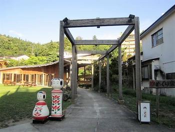 そんな東北の各地で親しまれているこけしですが、発祥の地の一つとされているのが、宮城県大崎市にある鳴子です。今回ご紹介する「桜井こけし店」も、江戸時代からこの地でこけしを作り続けている老舗です。