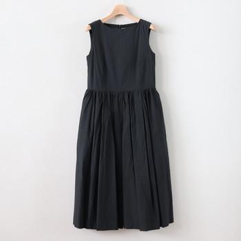 スカートのたっぷりしたボリュームが雰囲気の良いワンピース。こちらもハリ、コシのある高密度に織り上げたコットンリネンです。
