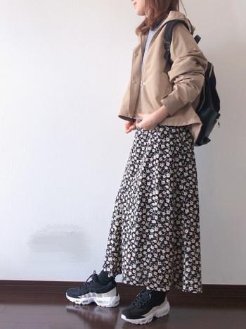 今季のトレンド、ちょっとメカニックな雰囲気のボリューム感のあるハイテクスニーカーと花柄スカートのミックス感がおしゃれなコーデ。マウンテンパーカーを羽織って、颯爽とお出かけしましょ♪